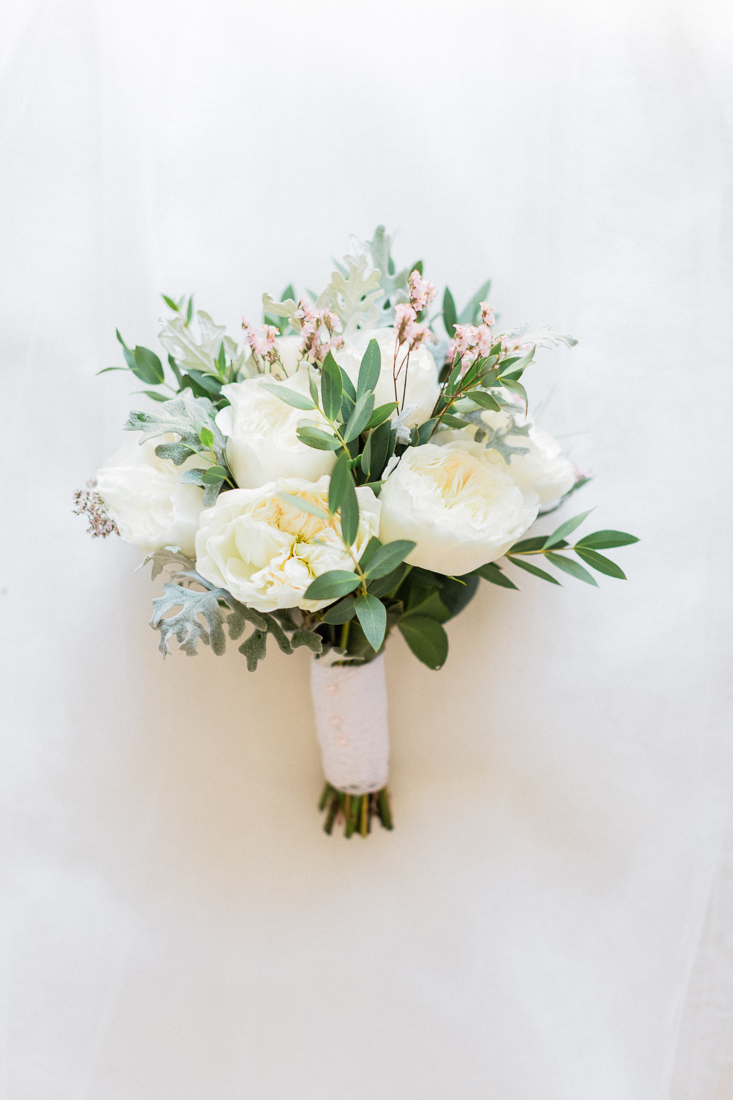 white minimal wedding buqouet